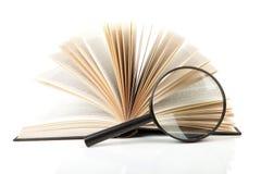 Abra el libro con la lupa Imágenes de archivo libres de regalías