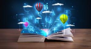 Abra el libro con las nubes y los globos abstractos de la fantasía que brillan intensamente Imagen de archivo libre de regalías