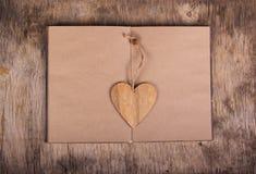 Abra el libro con las páginas en blanco y una señal bajo la forma de corazón Cuaderno hecho del papel y de la tarjeta del día de  Imagen de archivo