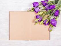 Abra el libro con las páginas vacías en un fondo blanco Flores y libros Concepto romántico Imágenes de archivo libres de regalías