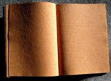 Abra el libro con las paginaciones del corcho imagen de archivo