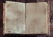 Abra el libro con las viejas páginas vacías y copie el espacio en la tabla de la bruja, visión superior Imagenes de archivo