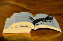 Abra el libro con los vidrios de lectura Foto de archivo libre de regalías