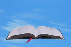 Abra el libro contra el cielo azul Imágenes de archivo libres de regalías