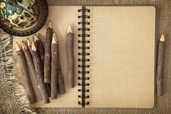 Abra el libro de ejercicio con los lápices Fotografía de archivo libre de regalías