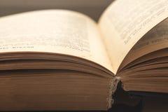 Abra el libro de la biblia Imagen de archivo