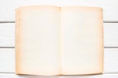 Abra el libro de la vendimia con las paginaciones en blanco fotografía de archivo libre de regalías