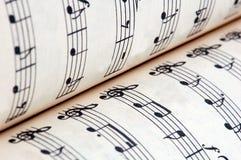 Abra el libro de música con las notas musicales Fotografía de archivo libre de regalías