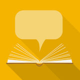 Abra el libro de papel con las nubes del discurso en estilo plano del diseño Fotos de archivo