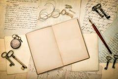 Abra el libro del diario, las viejas letras y las postales Textura (de papel) arrugada Imágenes de archivo libres de regalías