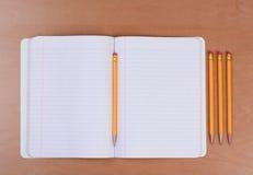Abra el libro del tema con los lápices Fotos de archivo libres de regalías