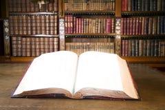 Abra el libro en biblioteca vieja foto de archivo libre de regalías