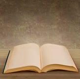 Abra el libro en blanco Fotos de archivo