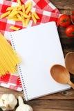 Abra el libro en blanco de la receta, cierre Foto de archivo