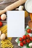 Abra el libro en blanco de la receta en fondo de madera gris Foto de archivo libre de regalías