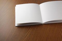 Abra el libro en blanco en el vector de madera. Fotos de archivo