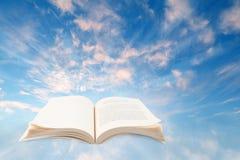 Abra el libro en cielo foto de archivo