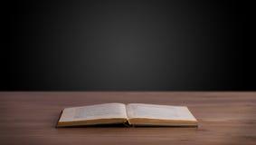 Abra el libro en cubierta de madera Imagen de archivo