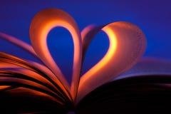 Abra el libro en dimensión de una variable del corazón Imagenes de archivo