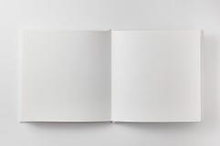 Abra el libro en el fondo blanco Fotos de archivo
