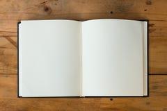 Abra el libro en el vector de madera Imágenes de archivo libres de regalías