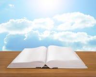 Abra el libro en fondo brillante del cielo del tablón de madera Imagenes de archivo