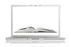 Abra el libro en la pantalla de la computadora portátil de aluminio de gama alta Imágenes de archivo libres de regalías