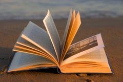 Abra el libro en la playa Imágenes de archivo libres de regalías