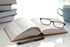 Abra el libro en la tabla blanca fotografía de archivo