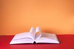 Abra el libro en la tabla ligera De nuevo a escuela Copie el espacio Fotos de archivo
