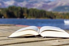 Abra el libro en un lago mountain Imagen de archivo