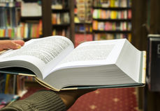 Abra el libro en una librería Imagenes de archivo