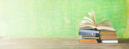 Abra el libro en una pila de libros, imagen de archivo libre de regalías