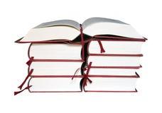 Abra el libro en una pila de libros Fotos de archivo libres de regalías