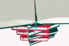 Abra el libro en una pila de libros Imagen de archivo