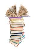 Abra el libro en una pila de libros en un fondo blanco Fotografía de archivo libre de regalías