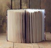 Abra el libro en una tabla de madera fotografía de archivo libre de regalías