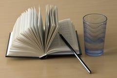 Abra el libro, la pluma y la taza Imagenes de archivo