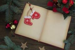 Abra el libro, las decoraciones del elechnye y el calcetín de la Navidad Imágenes de archivo libres de regalías