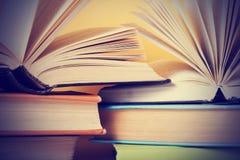 Abra el libro, libros del libro encuadernado en la tabla de madera Concepto de la educaci?n De nuevo a escuela Copie el espacio p fotografía de archivo libre de regalías