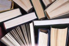 Abra el libro, libros del libro encuadernado en la tabla de madera Concepto de la educaci?n De nuevo a escuela Copie el espacio p foto de archivo