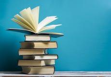 Abra el libro, libros del libro encuadernado en la tabla de madera De nuevo a escuela Copie el espacio imagen de archivo libre de regalías