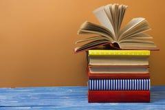 Abra el libro, libros del libro encuadernado en la tabla de madera De nuevo a escuela Copie el espacio para el texto Foto de archivo