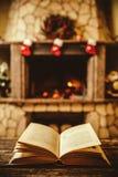 Abra el libro por la chimenea con los ornamentos de la Navidad Abra el storyb Fotos de archivo libres de regalías