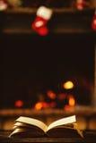 Abra el libro por la chimenea con los ornamentos de la Navidad Abra el storyb Imagen de archivo libre de regalías