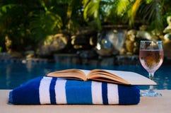 Abra el libro por la piscina imagenes de archivo