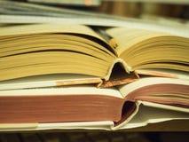 Abra el libro que miente en la tabla Fotos de archivo libres de regalías