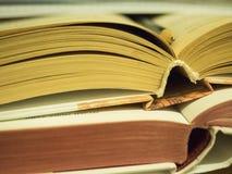 Abra el libro que miente en la tabla Foto de archivo