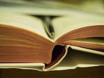 Abra el libro que miente en la tabla Fotografía de archivo
