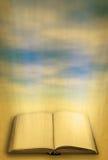 Abra el libro sagrado contra cielo Imagen de archivo